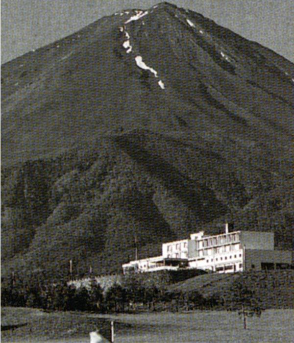 昭和35年竣工した富士レイクサイカントリー倶楽部を富士が見守る